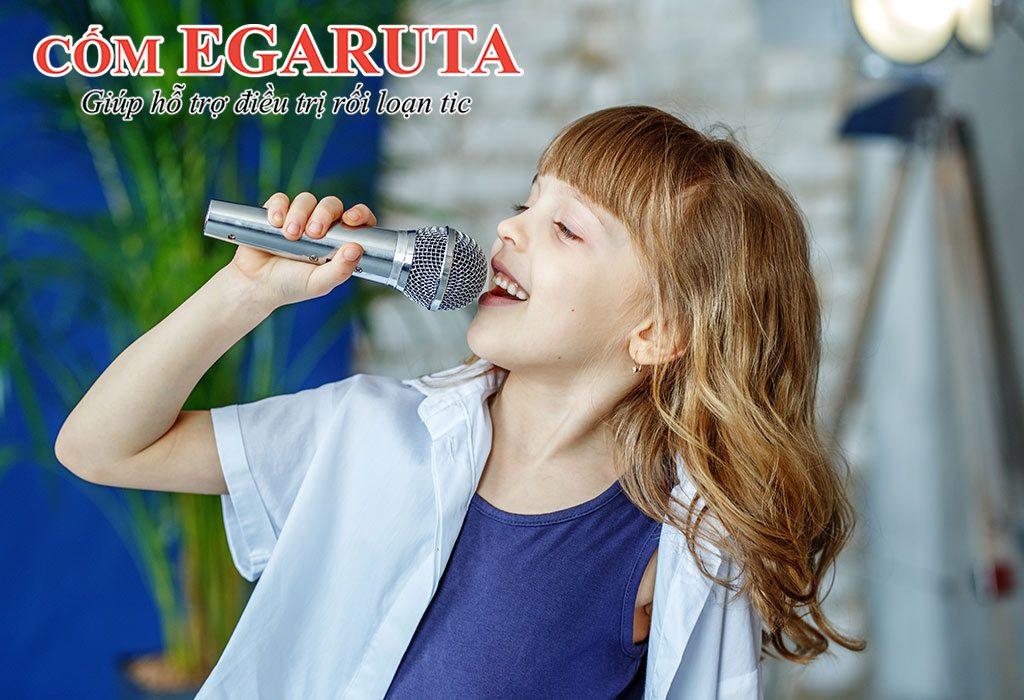 Cha mẹ có thể yêu cầu trẻ hát một câu hát để thay thể biểu hiện tic âm thanh